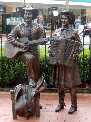 Slim Dusty statue